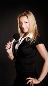 Barbara_Osthoff_Moderation_kleid_schwarz_microphon